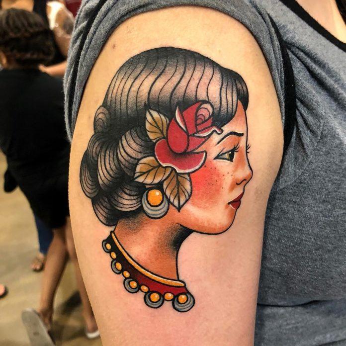 Tatouage de visage de femme traditionnelle