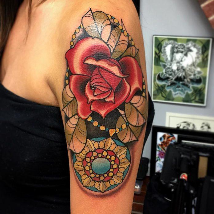 Composition de tatouage de rose + Collier