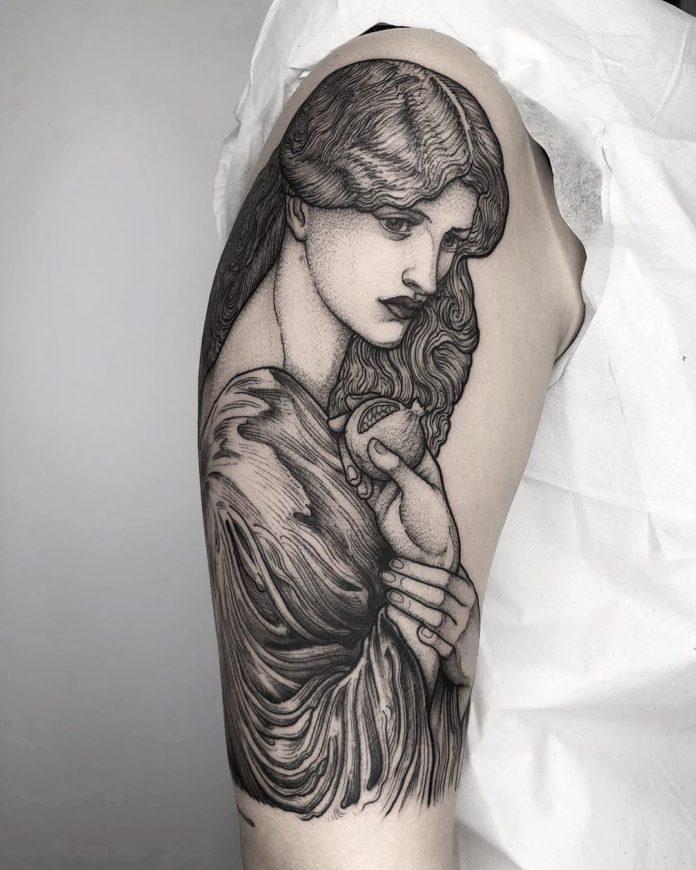 Tatouage artistique d'une femme