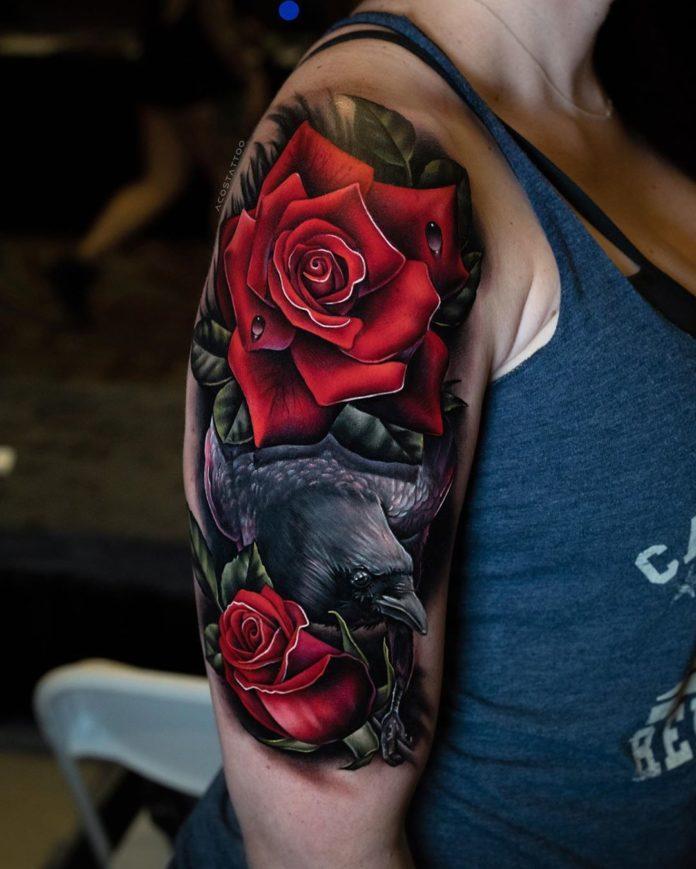 Tatouage de rose rouge + Corbeau