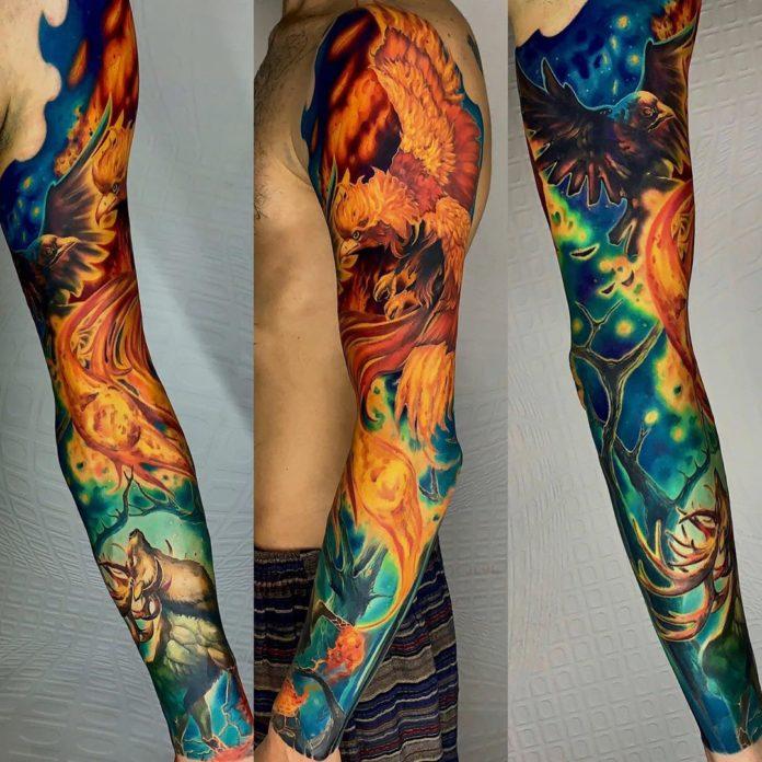 Tatouage en couleur de phœnix et corbeau
