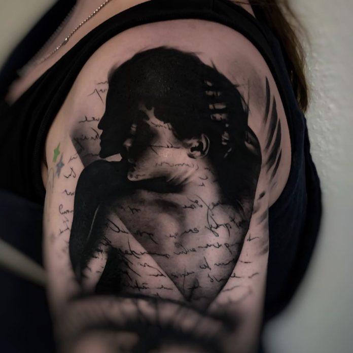 Tatouage réaliste d'une femme