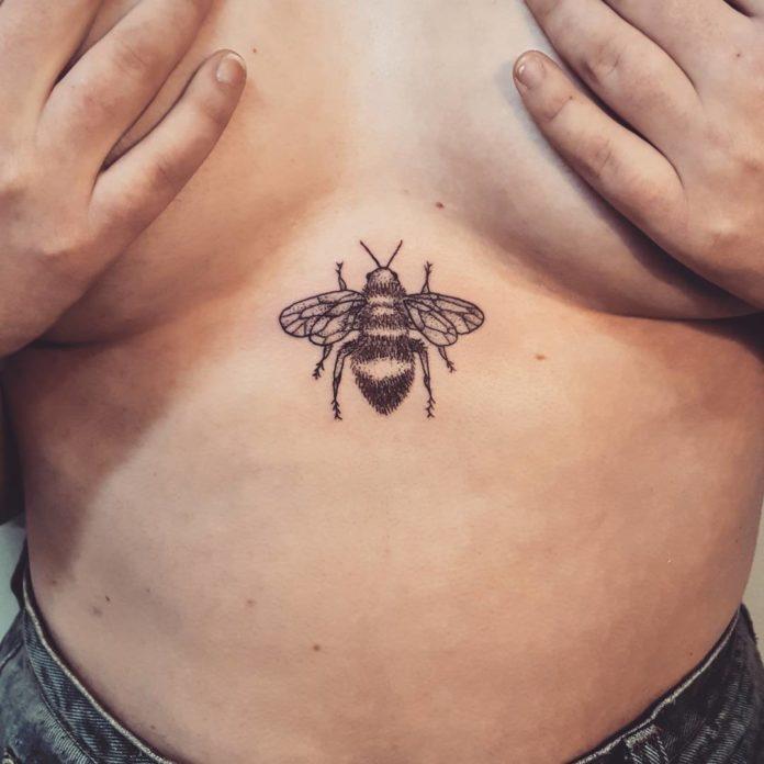 Tatouage d'une abeille