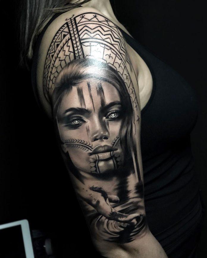Tatouage de visage de femme + Main dans l'eau