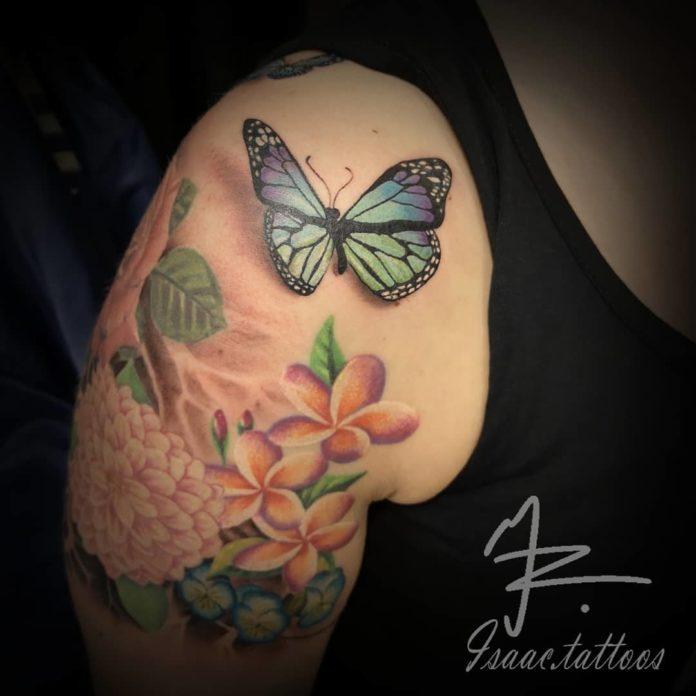 Tatouage réaliste en couleur d'un papillon + Fleurs