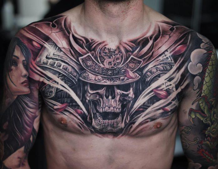 Tatouage de tête de mort avec armure