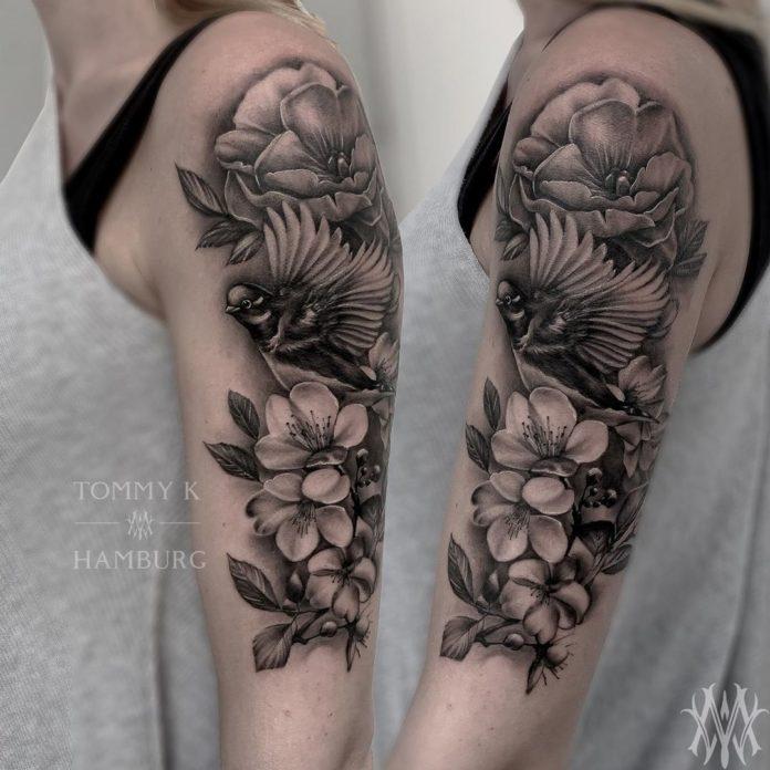 Tatouage de fleurs hellébores + oiseau