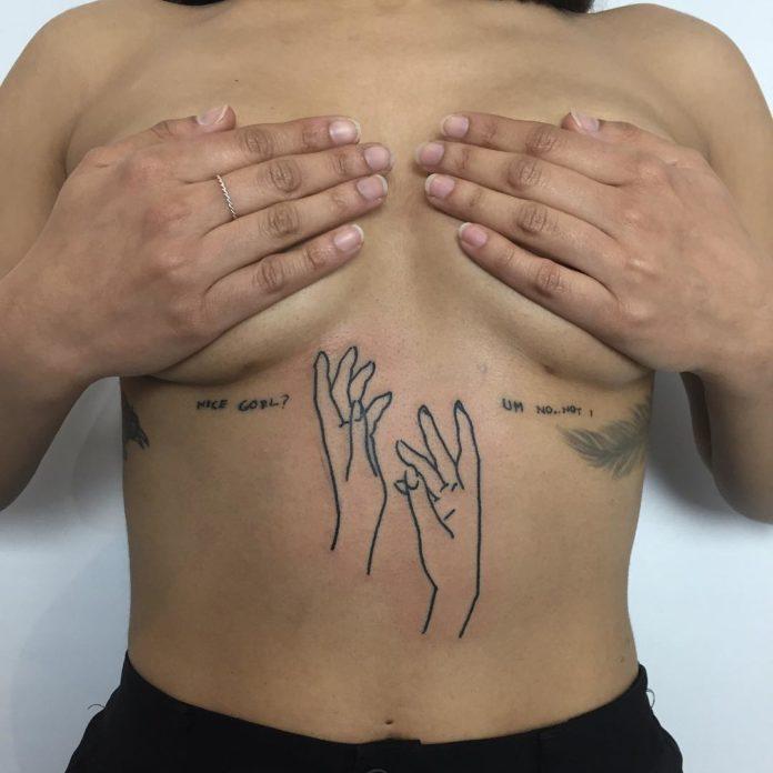 Tatouage minimaliste de deux mains