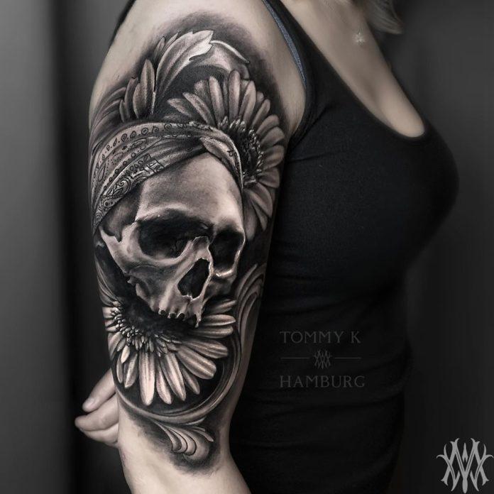 Tatouage de tête de mort + Fleurs de tournesol
