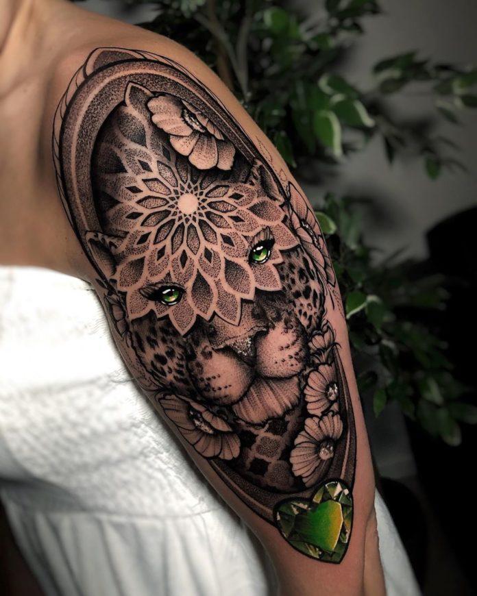 Tatouage de tête de léopard + Fleurs