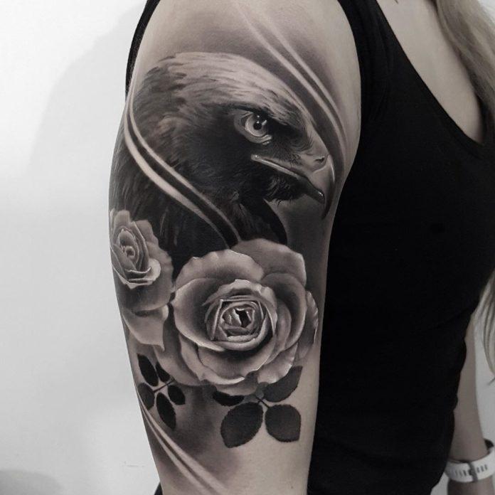 Tatouage de tête d'aigle + 2 roses
