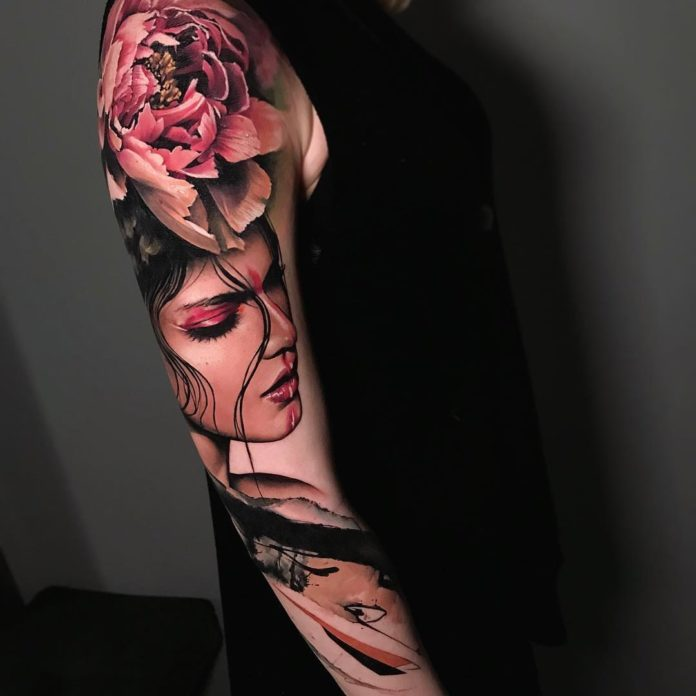 Tatouage en couleur d'une femme + Fleur de lotus