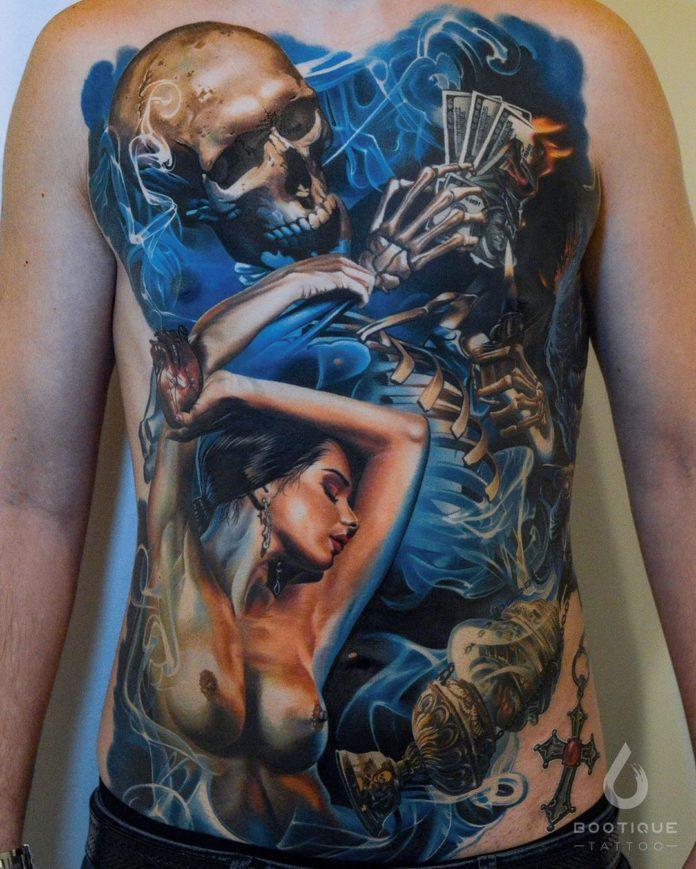 Tatouage réaliste d'une femme + squelette tenant de l'argent