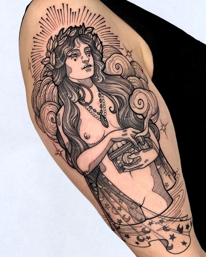 Tatouage d'une femme à moitié nue