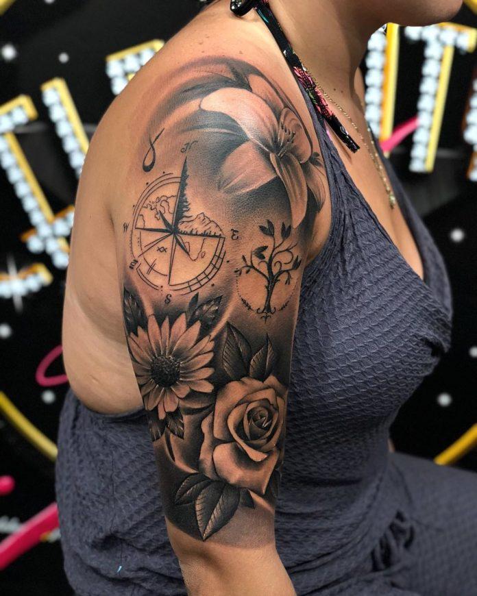 Composition de tatouage de différentes fleurs + Boussole