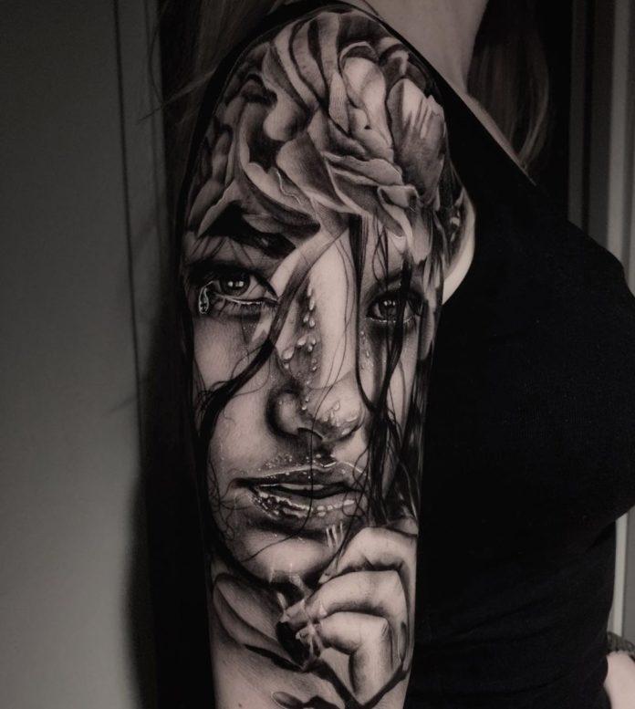 Tatouage de visage en gros plan d'une femme