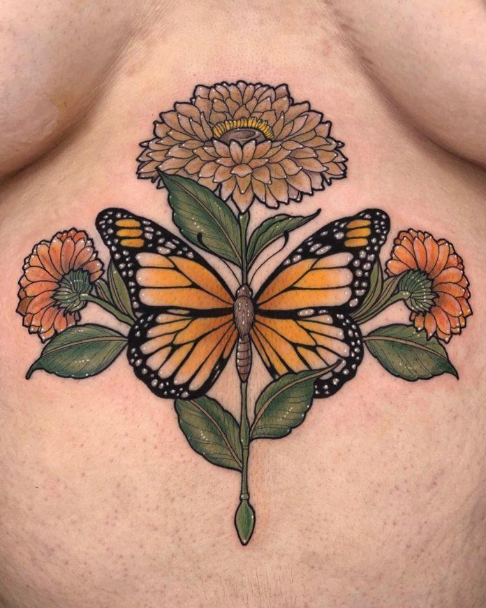 Tatouage d'un monarque et de fleurs