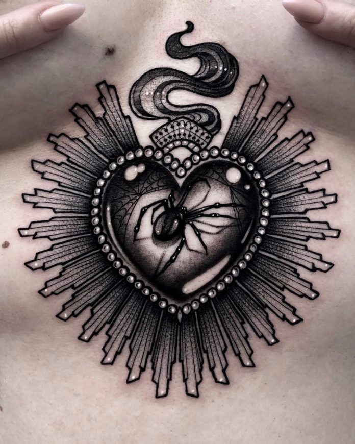Tatouage d'un bijou en coeur avec une araignée